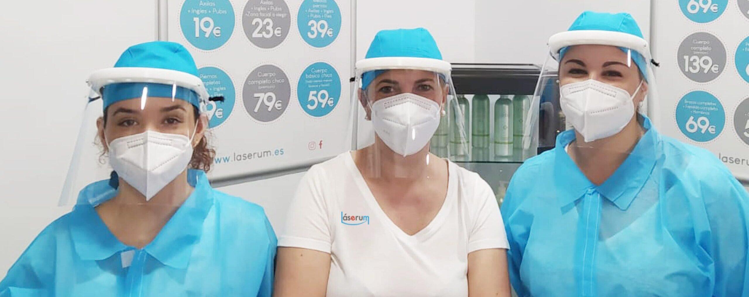 Técnicos láser protegidas para realizar las sesiones de depilación láser con higiene