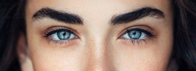 Mujer con cejas pobladas y ojos azules mirando a la cámara