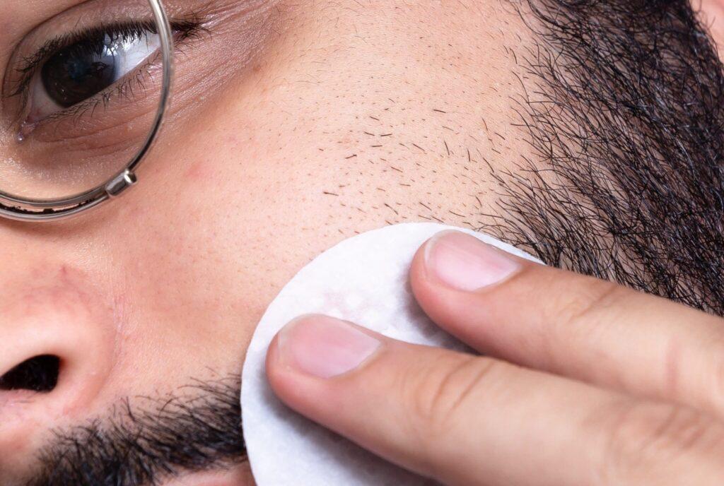 Rutina facial de hombre con vello en la barba